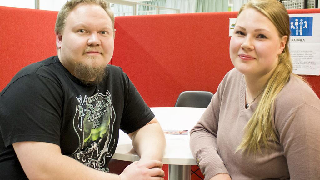 Mies ja nainen istuvat lähekkäin pöydän ääressä.